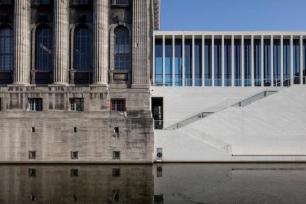 Pergamonmuseum (links), James-Simon-Galerie (rechts). Foto: Ute Zscharnt für David Chipperfield Architects