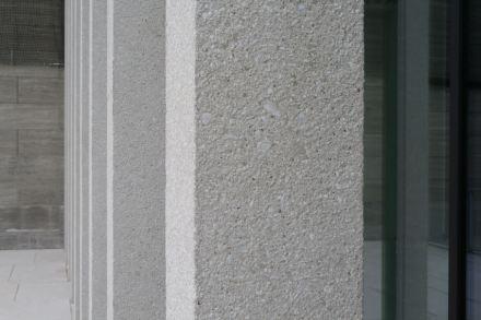 Der perlgraue Marmor-Beton an den Außenfassaden der James-Simon-Galerie. Foto: Peter Becker