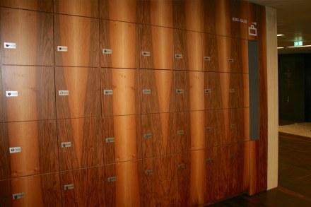 Holzverkleidung der Schließfächer. Foto: Peter Becker