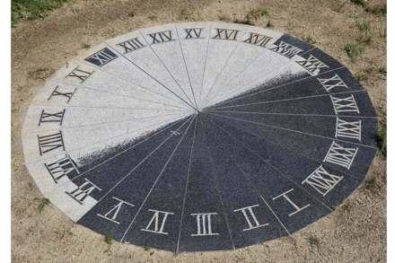Helmut Moser zerschnitt das Ausgangsstück in 24 Segmente, die er neu zu einem Zifferblatt mit 2,2 m Durchmesser zusammensetzte.