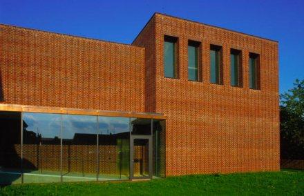Das Künstlerhaus in Marktoberdorf hebt sich deutlich von den anderen Gebäuden ab. Foto: Künstlerhaus