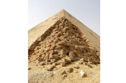 "Corner of the Bent Pyramid. Photo: Jon Bodsworth / <a href=""https://commons.wikimedia.org/""target=""_blank"">Wikimedia Commons</a>"