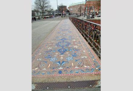 """Der alte Teppich im persischen Stil auf der Wilhelminenbrücke in Hamburg. Foto: Pauli-Pirat / <a href=""""https://commons.wikimedia.org/""""target=""""_blank"""">Wikimedia Commons</a>"""