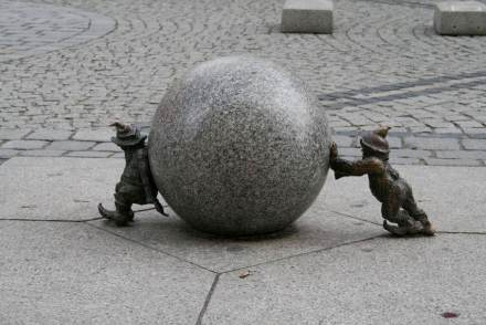 Safety must be a key issue in handling heavy loads, the Natural Stone Institute warns. Photo from a square in Wroclaw, Poland.