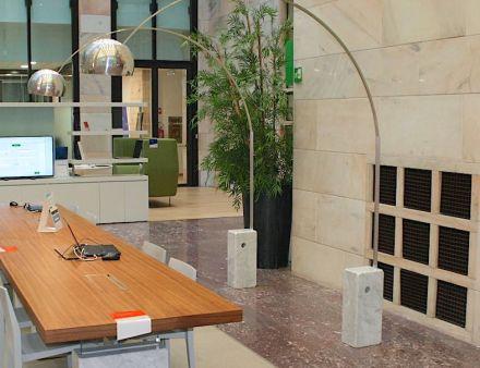 """Erfolgreiches Natursteindesign muss sich daran orientieren, was der Stein kann (und was nicht): für die berühmte Stehlampe """"Arco"""" hat Designer Achille Castiglioni in den 1960ern das Gewicht des Steins optimal genutzt."""