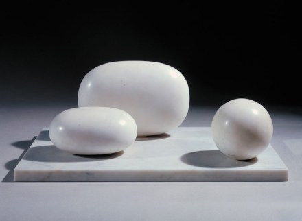 "Barbara Hepworth: ""Three forms"", marble."