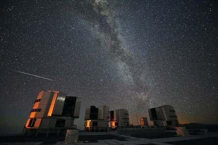 """Das vielfach variierte Sterntaler-Märchen, wo Geld vom Himmel fällt, geht vermutlich auf die Beobachtung von Meteoriten zurück. Bekannt sind die Perseiden jedes Jahr im August, hier als einzelne Sternschnuppe vor dem Hintergrund der Milchstraße. Foto: ESO S. Guisard / <a href=""""https://commons.wikimedia.org/""""target=""""_blank"""">Wikimedia Commons</a>"""