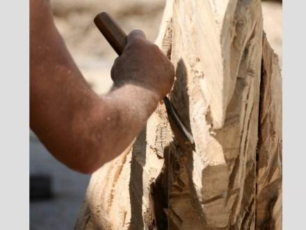 "Wood Sculptor at work. Photo: Katarzyna Słuchocka / <a href=""https://commons.wikimedia.org/""target=""_blank"">Wikimedia Commons</a>"