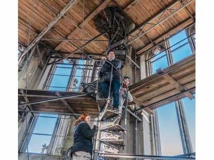 Kursteilnehmer beim Aufstieg auf einen der Türme des Regensburger Doms.