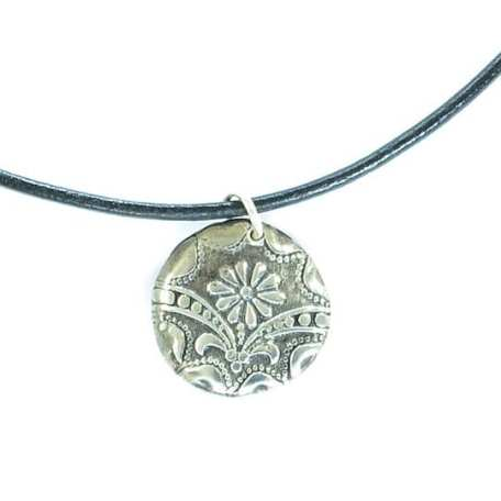 EK01035 Daisy Pendant with Black Leather Necklace_3_100118