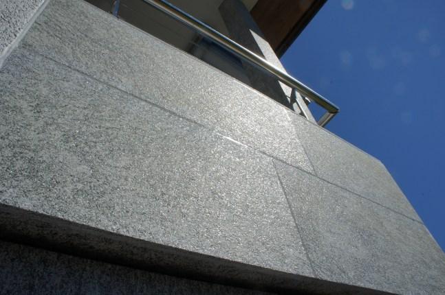 balkonverkleidung_ONSERNONE_gneis_sandgestrahlt