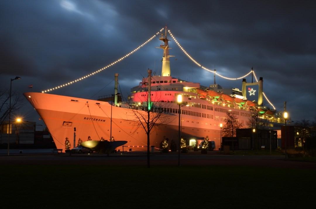 Het ss Rotterdam bij avond