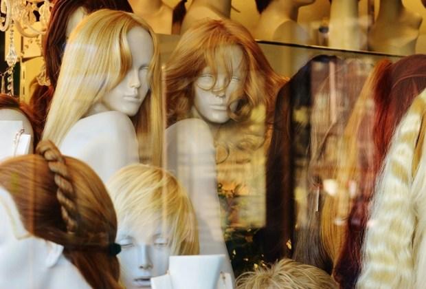 Perücken in Schaufenster Haarausfall