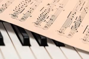 Klaviertasten mit Notenblatt