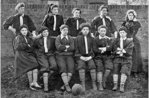 La rappresentativa del nord, Nettie Honeyball è la seconda da sinistra in piedi