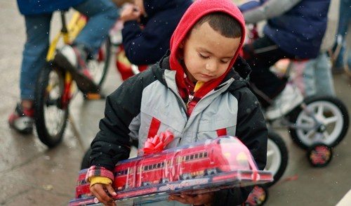 photo-boy-toy-train