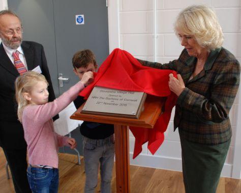 The Duchess unveils the plaque.