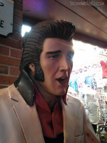 elvis-siting-on-broadway-nashville-honky-tonks