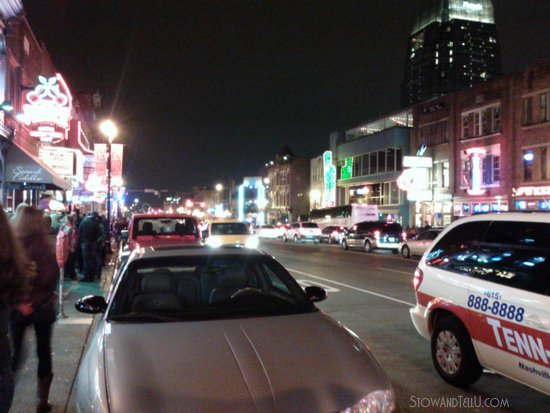 lit-up-like-vegas-broadway-honky-tonks-in-nashville