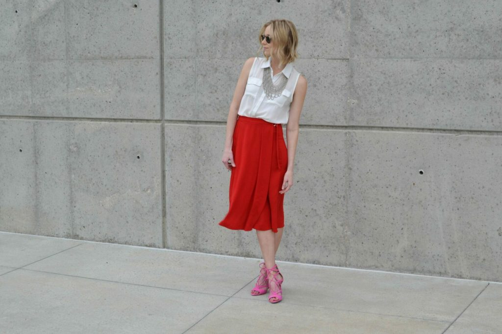 red culottes, white blouse, silver bib necklace, pink heels 5