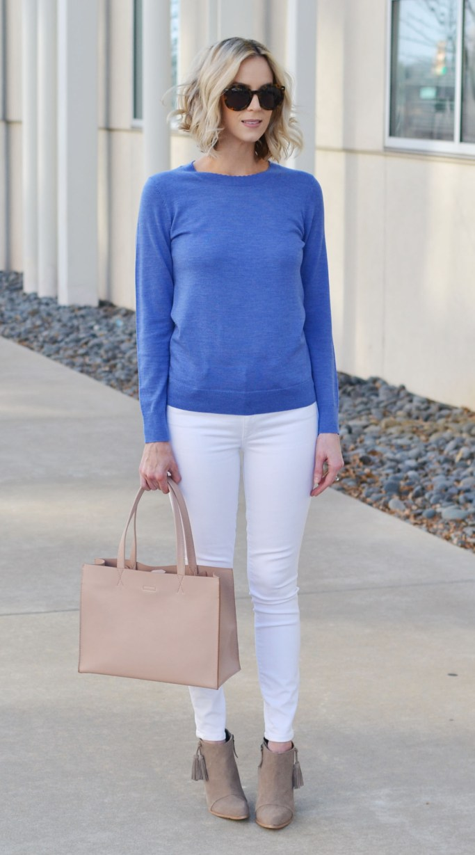 how to style a blue top - blue sweater, white jeans, tan ankle boots, tan tote