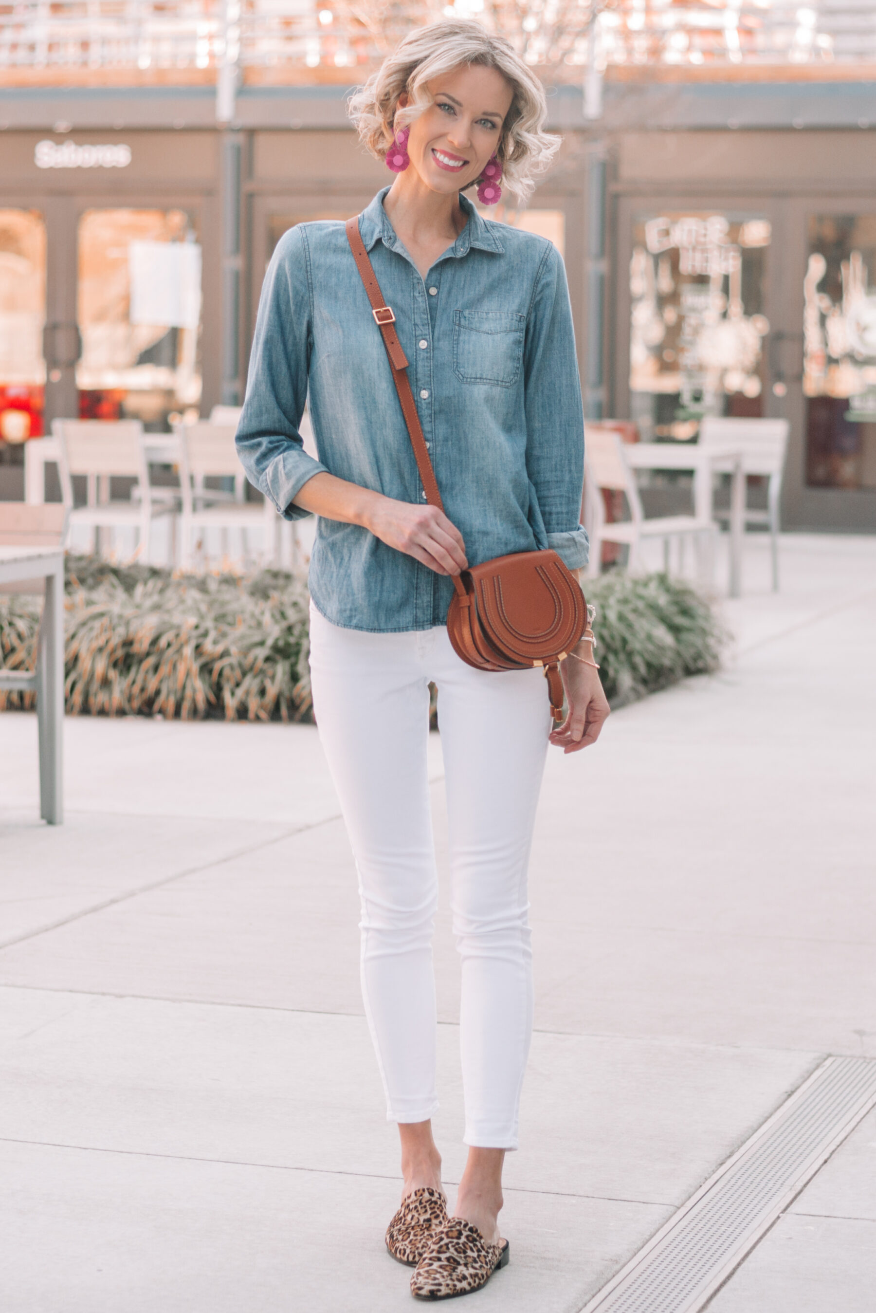 516cd11f3b33 ... mini casual capsule wardrobe, 13 pieces, 10 outfits - white jeans and  chambray shirt ...