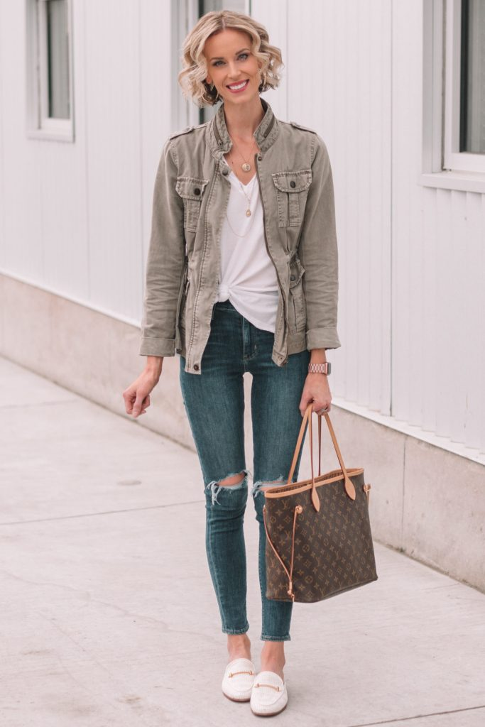 mini casual capsule wardrobe, 13 pieces, 10 outfits - skinny jeans, white knotted t-shirt, utility jacket