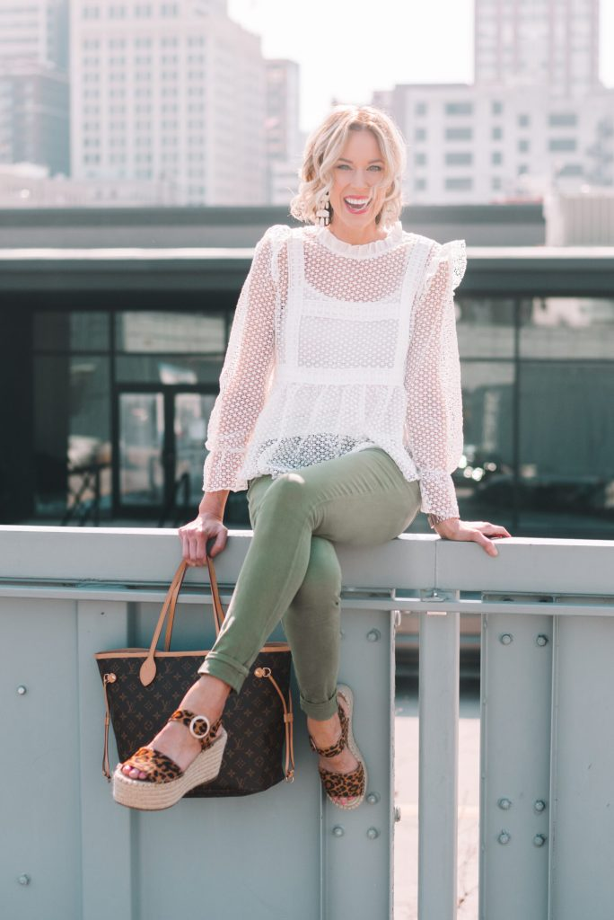 adorable white blouse with olive skinny jeans for spring
