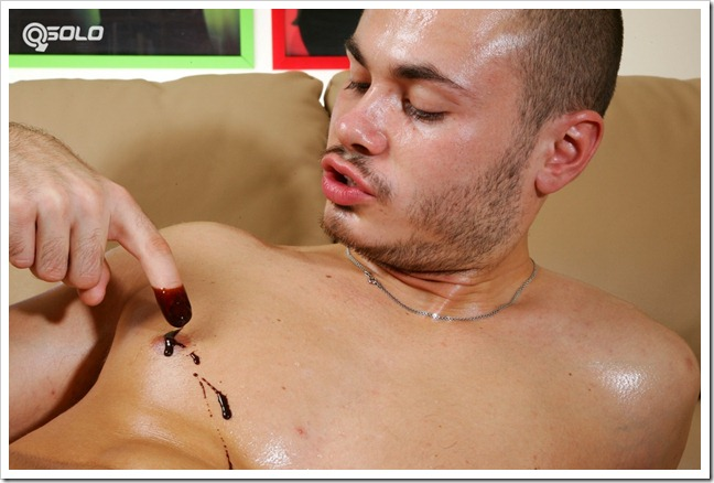 Oiled lover plugs his butthole