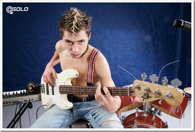 Twinky musician rubs his shlong