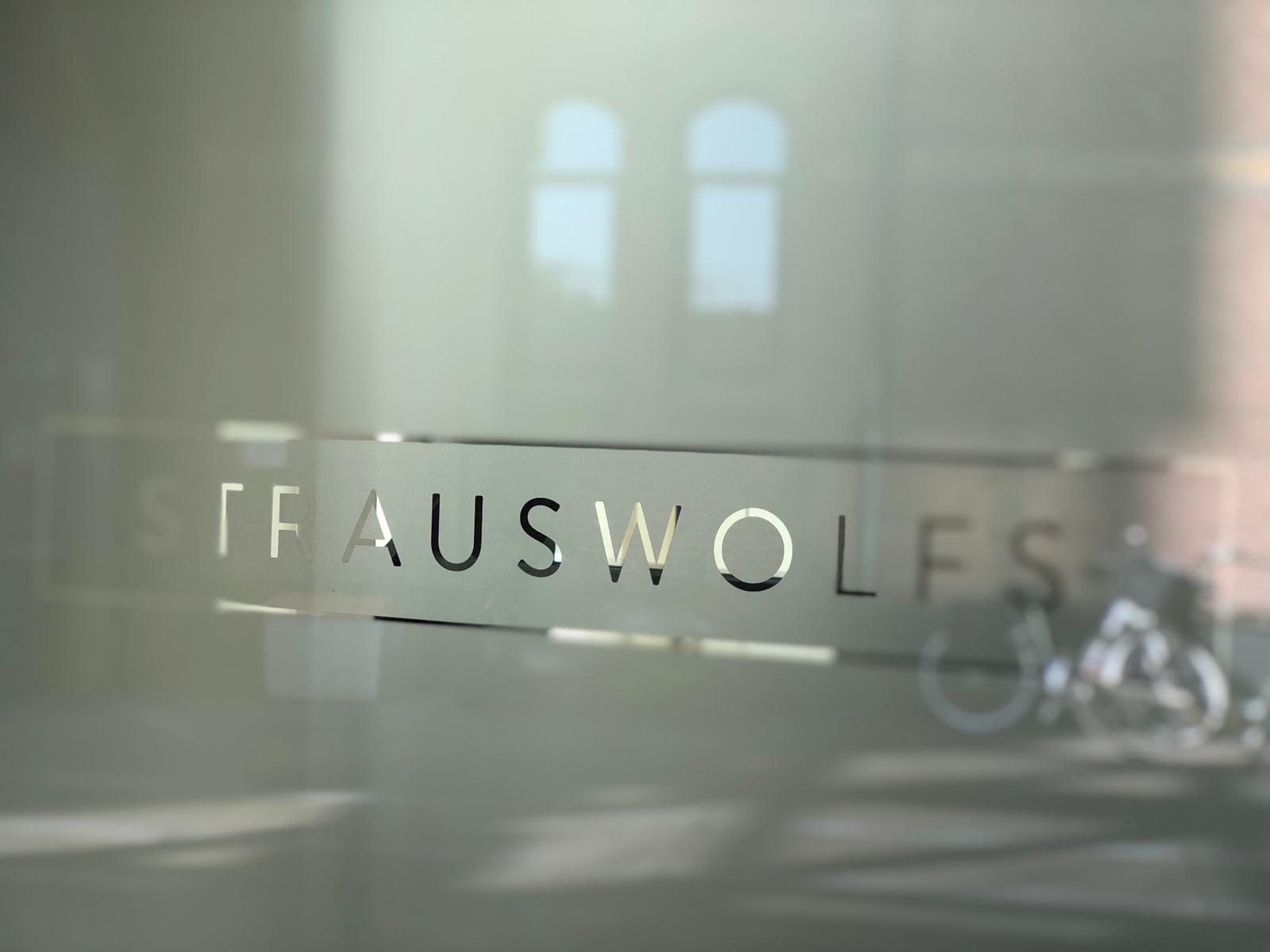 Glazen deur Strauswolfs advocaten kantoor