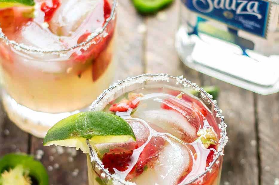 Throwing a fiesta couldn't be easier with these simple pitcher style margaritas, a make your own margarita bar and a fun tablescape. Just grab a few friends and you've got a party! Strawberry Blondie Kitchen