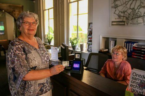 Marion van Ditshuizen scant onder toeziend oog van Reni van Wees de museumkaart. Foto: Marcel Houwer