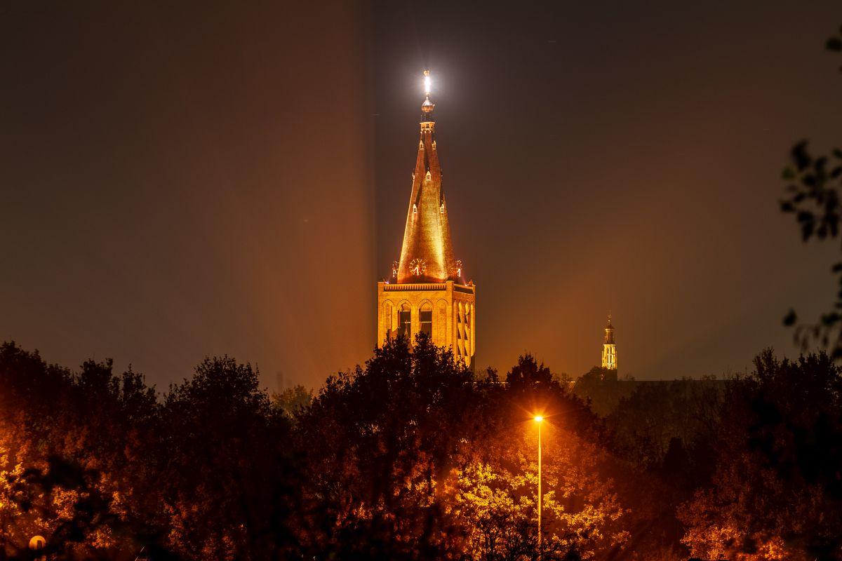 Toren Calixtusbasiliek in oranjelicht gezet