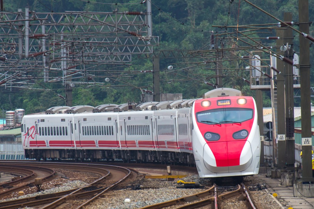臺灣(Taiwan)鐵路管理局 TEMU2000, 普悠瑪列車(Puyuma Express) 4K 壁紙. This vehicle is made by  Hitatch.