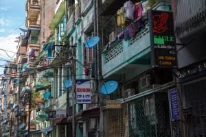 アジアの電柱・電線 4K /Asian Electronic-Telephone poles and wires 4K 6 電柱の景観に対する悪影響について良く強調され、昔よりは地中に埋めた電線/光ファイバーの更新も技術的にしやすくなったため、埋めてしまうと保守が面倒という事態も少なくなった。といいつつ、電柱と電線のある風景というのが面白いのも事実。