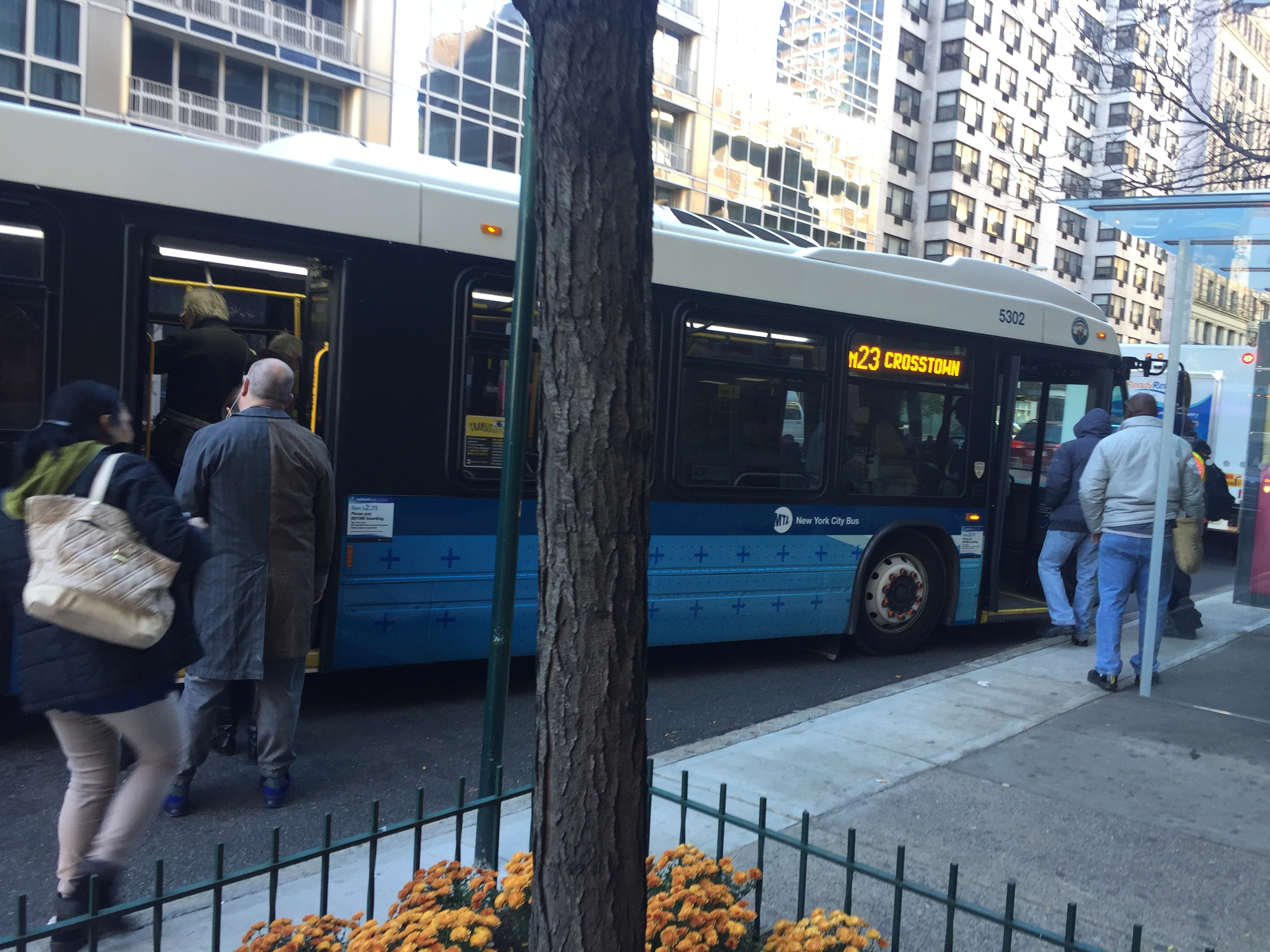 Off-board fare enables faster boarding on the city's Select Bus Service lines. Photo: David Meyer
