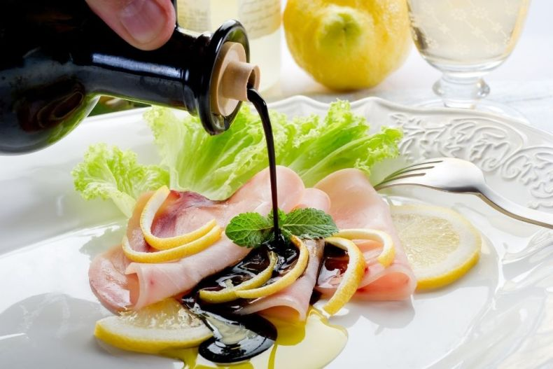 Dressing food with balsamic and olive oil