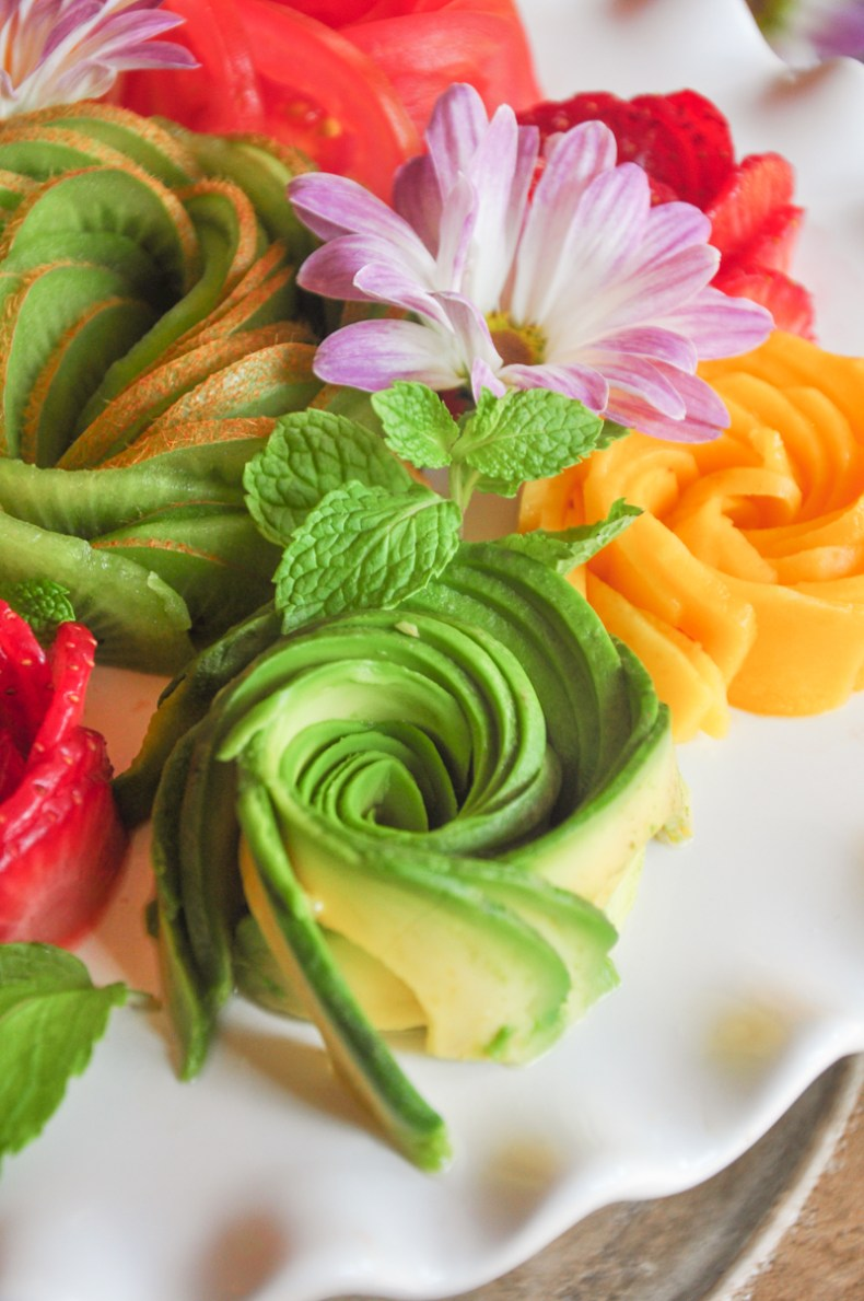 Making food flowers like avocado roses is easier than you thought it would be. Watch our video to see how you can roll up a food rose in just a few minutes.