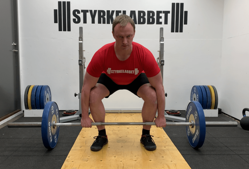 Too wide foot position in the deadlift