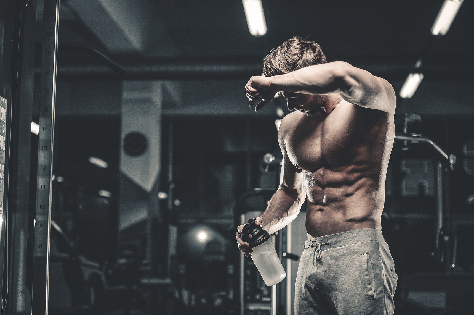 Man training to build muscle fast