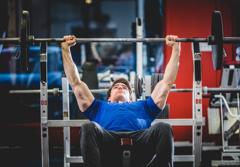 Incline bench press training with barbell