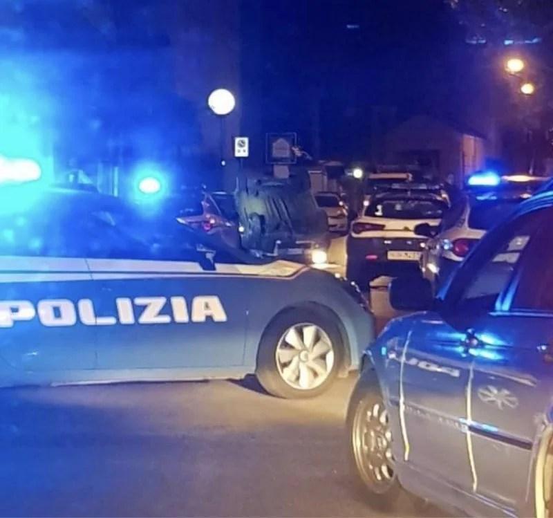 Reggio Calabria, grave incidente nella notte: auto ribaltata a Pentimele, volanti della Polizia sul posto [FOTO LIVE]