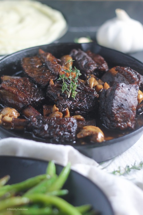 Slow Cooker Garlic Lovers Short Ribs| StrictlyDelicious.com