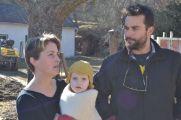 Maria Mangol mit Paula und Spyros (StrohNatur-Mitarbeiter)