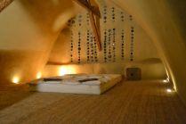 das fertige Strohballen-Gewölbe mit Lehmputz und Flaschenwand