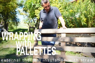 Wrapping mit Stroh und Paletten