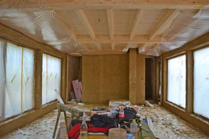 strawbalehouse-summerau-clayplaster-1