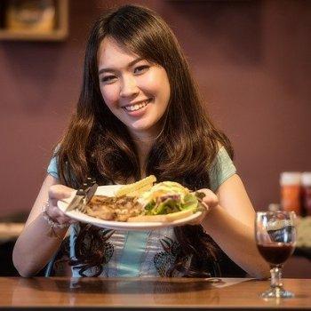 vrouw eet online samen
