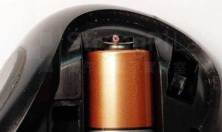 利用一小截電線將簧片頂住